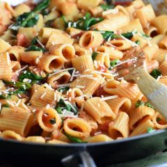 This One Pot Italian Pasta is simple, delicious, and effortless, with the classic Italian flavors. And since it's made in only one pot, clean up is a breeze!