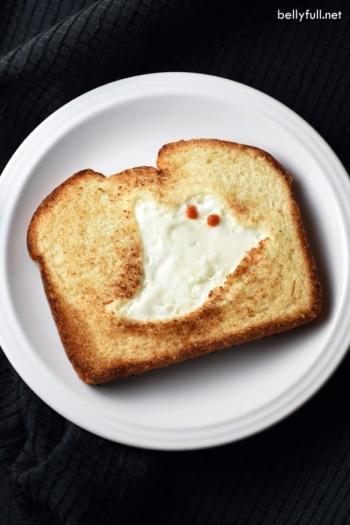 This GHOST TOAST is a quick and easy breakfast or snack, perfect for Halloween time!