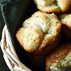 In a pinch for some dinner rolls? These easy homemade Monkey Bread Muffins are the answer!