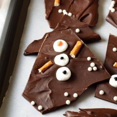 Snowman chocolate bark for the holidays! Cute, fun, easy, and no oven required!